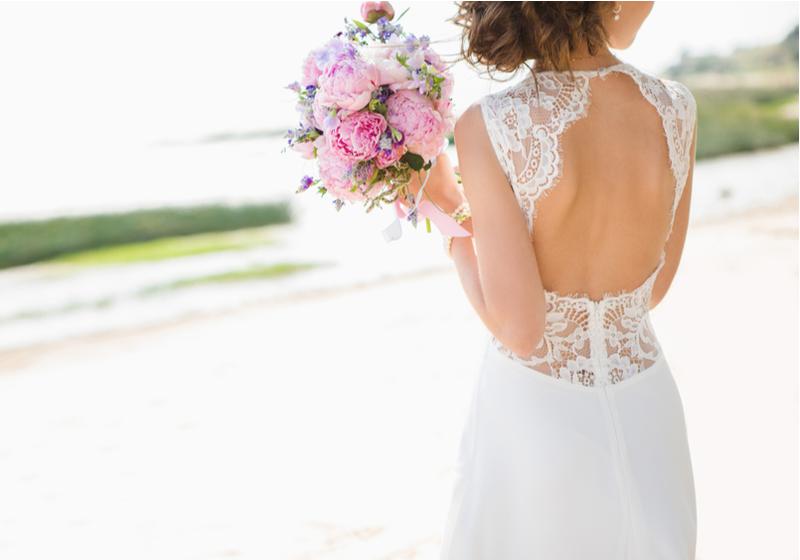 Organisation de mariage avec une jeune femme en robe de mariée